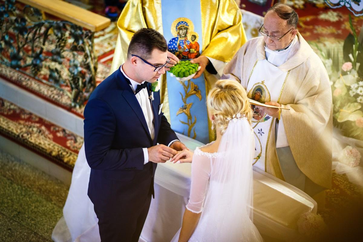 Fotografia Ślubna Rzeszów Ceremonia Nakładanie Obrączek